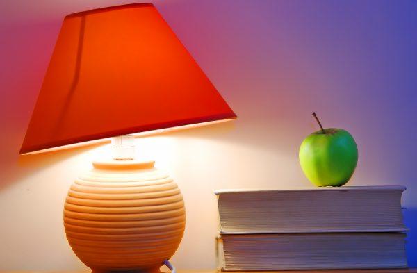 Czy czytanie książek wymaga włączania światła w całym mieszkaniu?